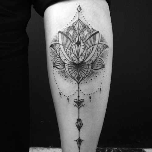 25-tatuagem-lotus-pontilhismo-perna
